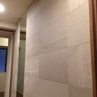 廊下に新商品ストーングレース(ベージュ)とオーダーミラー