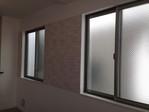 窓のあるリビングの壁面にグラナスヴィストのホワイト
