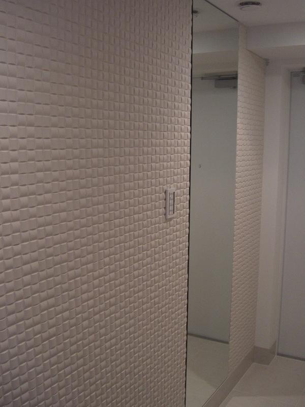 玄関 廊下 ミラーとエコカラットのデザイン貼り