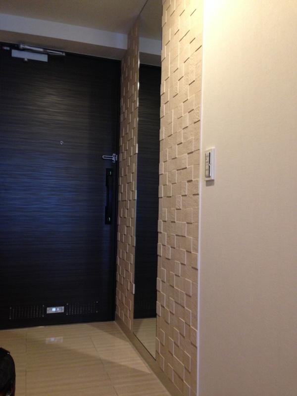 玄関にペトラスクエア(ライトベージュ)とミラーコラボ施工