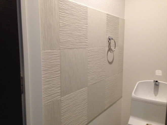 トイレ ライン状にたけひご(ホワイト)を市松貼り