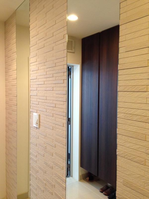 玄関 ルドラ(ベージュ)ミラーを2枚使用した豪華な施工