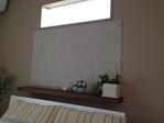 寝室 ペトラスクエア(ライログレー)を棚と窓の間にバランス良く施工