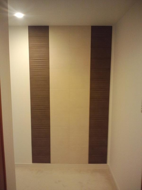ラシャとシルクリーネのデザイン貼りで印象的な玄関に