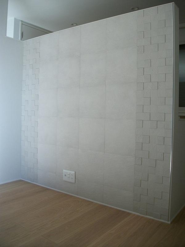 リビングの造作壁にデザイン貼り