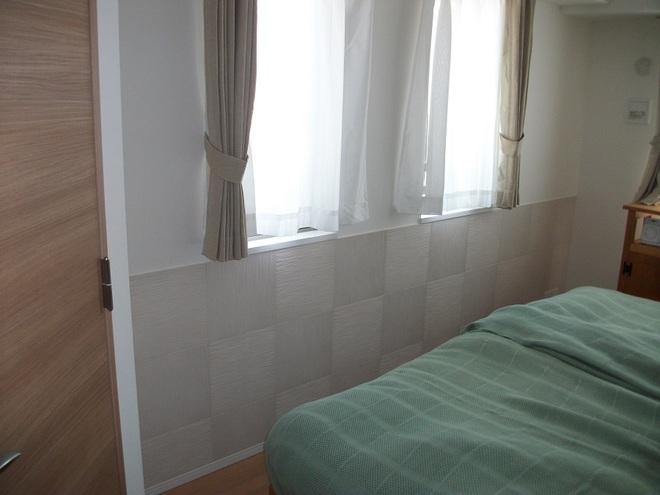 寝室にたけひごを市松貼りで腰壁風に