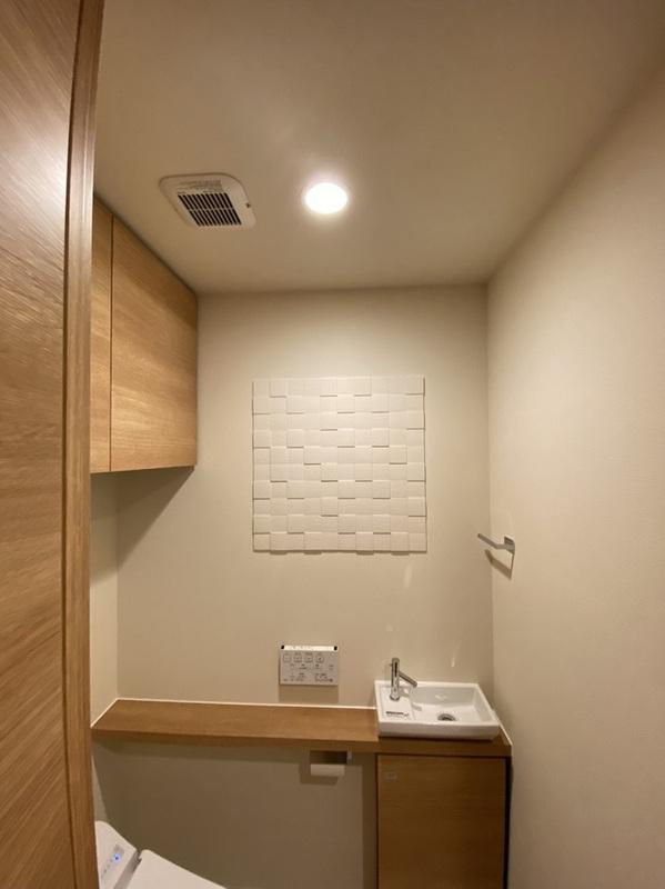 トイレにキルトのホワイトを4枚部分貼
