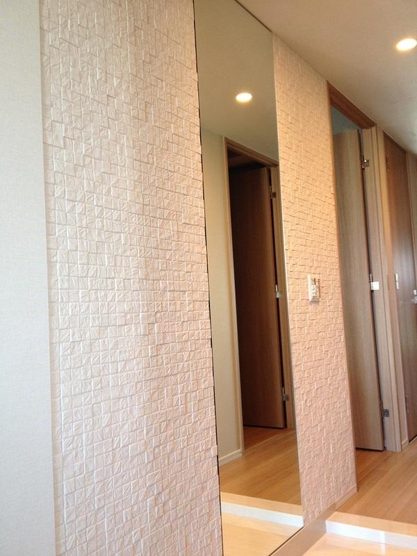 カッセの美しい陰影が玄関を飾ります