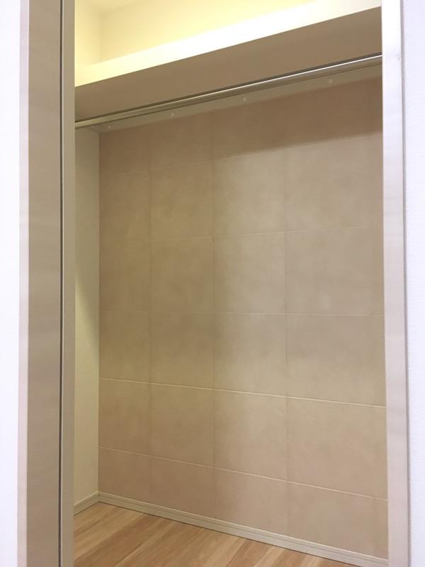 クローゼットの壁面にファインベースを施工