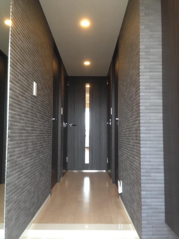 玄関廊下にグラナスラインのダークグレーとオーダーミラー
