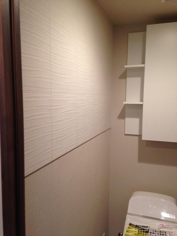 トイレにスプラインホワイトを部分貼り