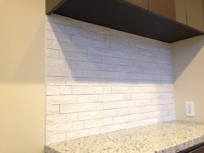 キッチンの吊戸棚とカウンターの間にグラナスヴィスト
