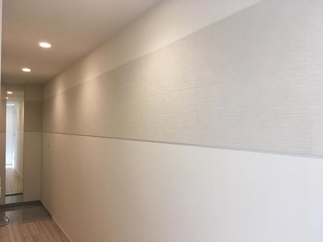 玄関廊下にたけひごのホワイトをライン貼り