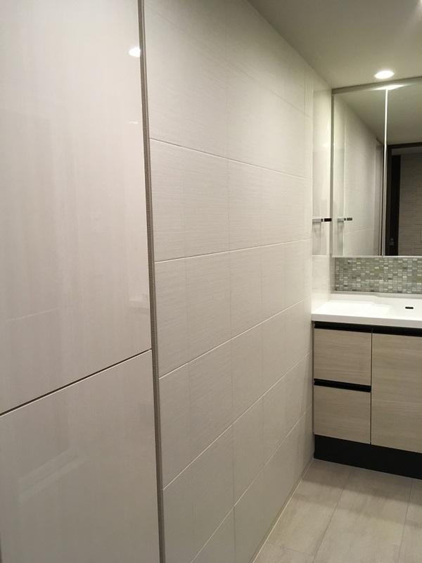洗面室にエコカラットプラスのシルクリーネのホワイト