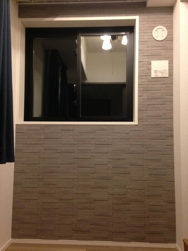 窓のある壁にグラナスルドラのグレー