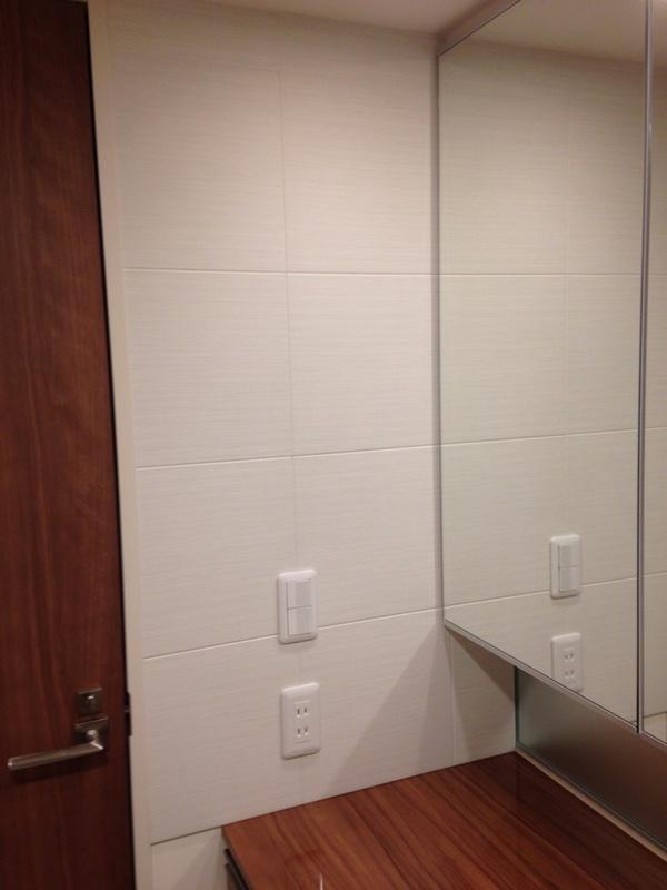 洗面室の洗面化粧台の左右にシルクリーネのホワイト