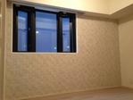 洋室の窓がある壁面にペトラスクエアのライトグレー