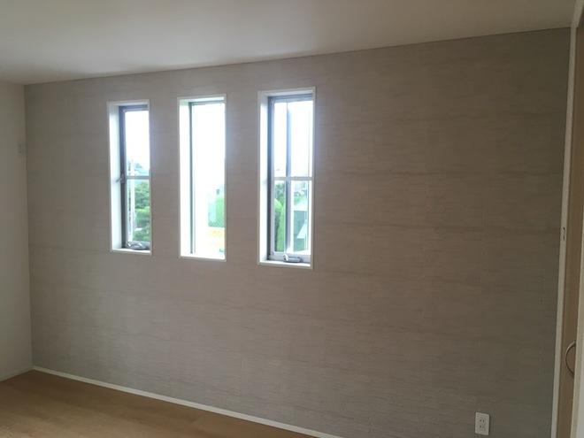 窓のある寝室にアレッシュのグレー