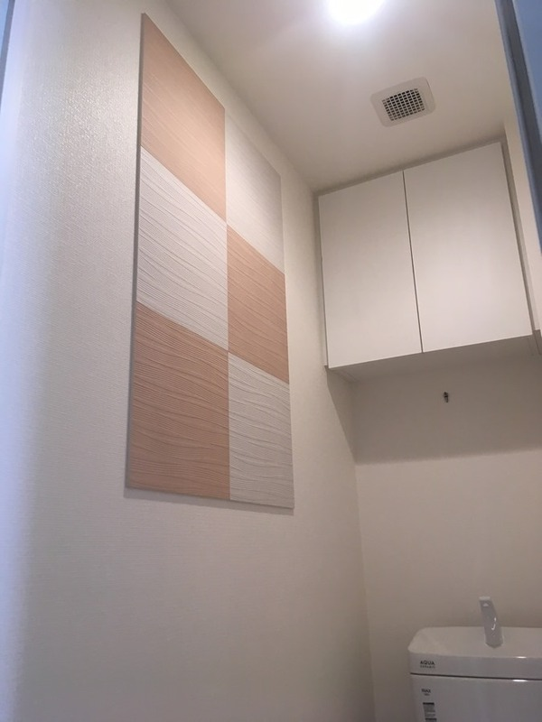 トイレにスプラインをデザイン貼
