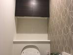 トイレの吊戸棚下にスプラインのホワイト