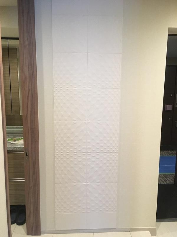 廊下にニュートランスのホワイトを部分貼りで
