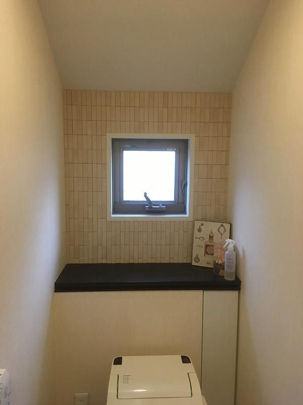 トイレにラフソーンのベージュ窓有