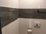 トイレにラフクォーツのダークグレーをライン貼