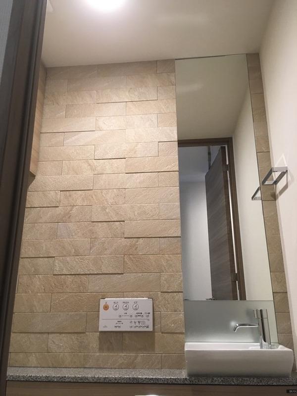 トイレにラフクォーツのベージュとオーダーミラー