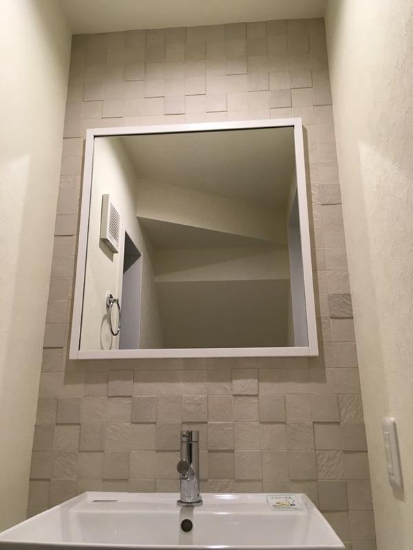 トイレの手洗い部分にペトラスクエアのライトグレー