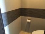 トイレにグラナスルドラのダークグレーをライン貼りで