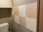 トイレに部分的にスプラインのホワイトとローズ