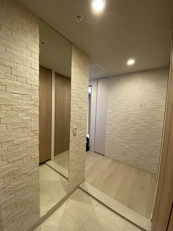玄関と廊下にオーダーミラーとグラナスヴィストのホワイト