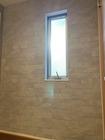 窓有の玄関廊下にラフクォーツのライトグレー