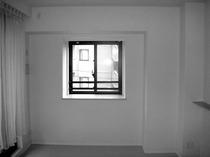 シンプルなリビングが高級感のある空間へ変身